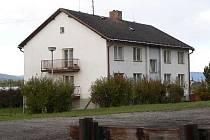 K objektům, které České dráhy prodávají, patří i bytovka v Horním Dvořišti.