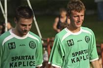 Minimálně na rok poslední kaplickou trefu v krajském přeboru zaznamenal Tomáš Faltus (vpravo, na snímku s Karlem Krauskopfem), který měl v nastavení ještě velkou šanci na rozhodnutí, ale nedal.