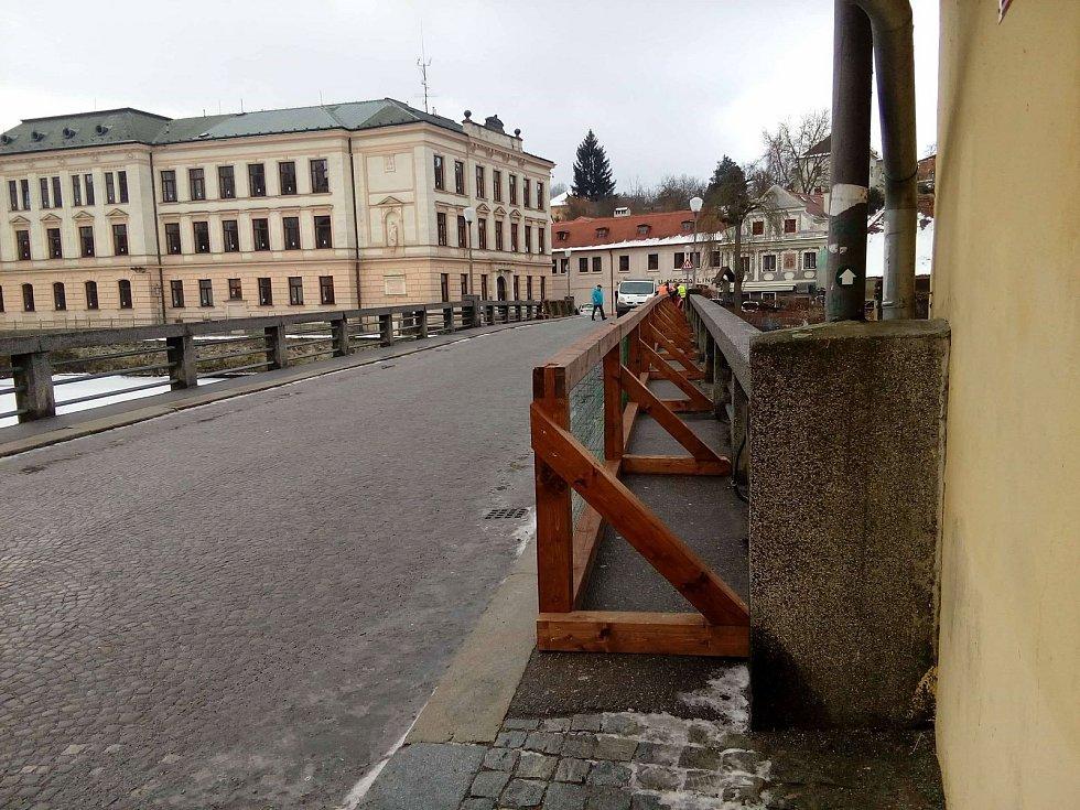 Tesaři na most Edvarda Beneše v Českém Krumlově instalují zábrany na chodníky.
