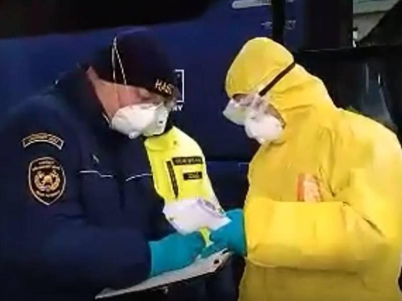 Policisté s hasiči namátkově kontrolují vozidla na hraničním přechodu v Dolním Dvořišti.