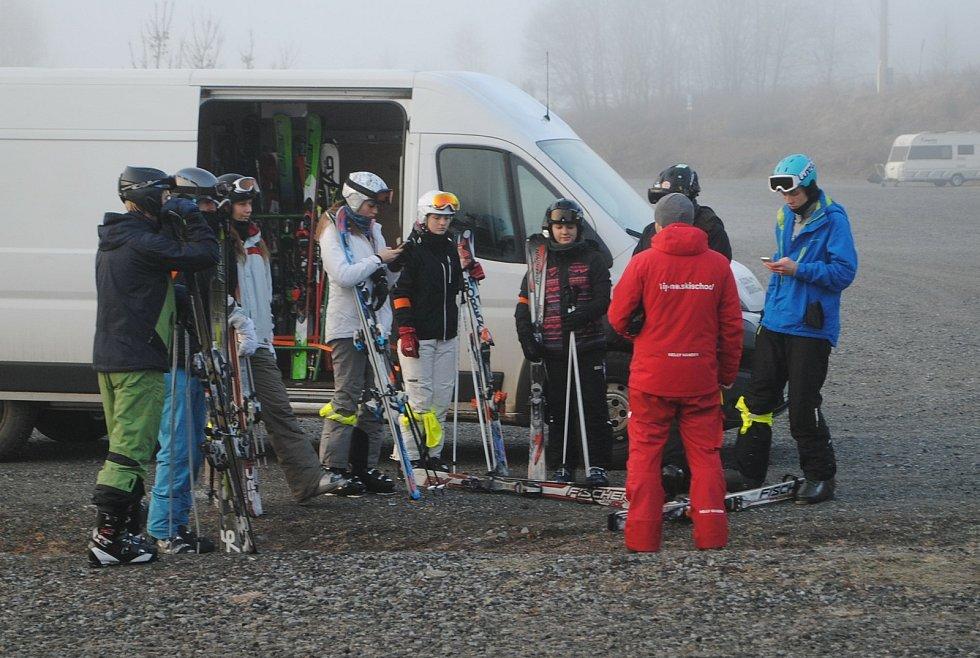 Budoucí instruktoři lyžování a snowboardingu absolvovali týdenní kurz.