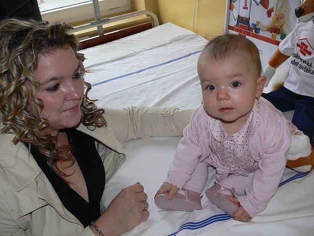 Třicet matrací včera dostalo darem gynekologické oddělení českokrumlovské nemocnice. Jako první matraci ozkoušela Anička, dcera Jaroslava Fesla, obchodního ředitele Českomoravské stavební spořitelny, která nemocnici matrace koupila.