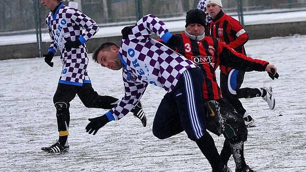 Fotbalisté frymburského FC Šumava na krumlovské umělce zdolali účastníka I. B třídy z Dolního Dvořiště v poměru 2:1 (na snímku vpravo v popředí frymburský Michal Jodl nedovolený zákrokem zastavuje průnik Richarda Mazance).