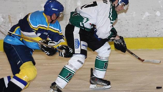 Čestný úspěch Českokrumlovských na ledě Radomyšle vsítil až necelé čtyři minuty před koncem Walter Matlášek (vpravo, na snímku z posledního domácího utkání s Veselím).