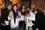 Kateřina Šedá v Egon Schiele Art Centrum představila knihu UNES-CO aneb Divadýlko pro turisty, která vzešla z jejího dvouletého krumlovského projektu.