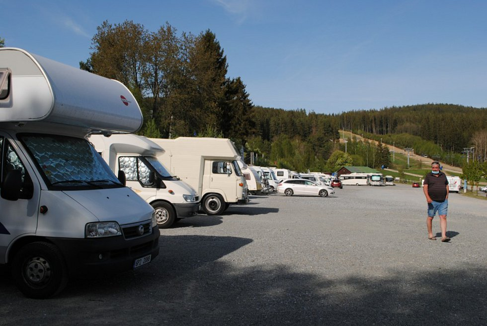 Karavany na centrálním parkovišti v Lipně nad Vltavou.