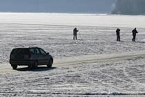 Nejen bruslaři či lyžaři jsou v zimních měsících vidět na zamrzlém Lipně. Cestu si občas zkrátí i kdejaký řidič.