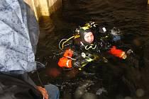 V ÚTROBÁCH HRÁZE. Kontakt s lidmi nad hladinou je důležitý už jen kvůli jištění potápěče nebo jeho navigace.  kam a kde má ještě pátrat.