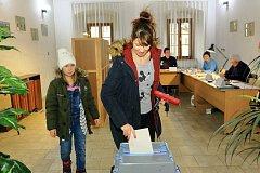 Přímá volba prezidenta v Benešově nad Černou ve volební místnosti na obecním úřadě.