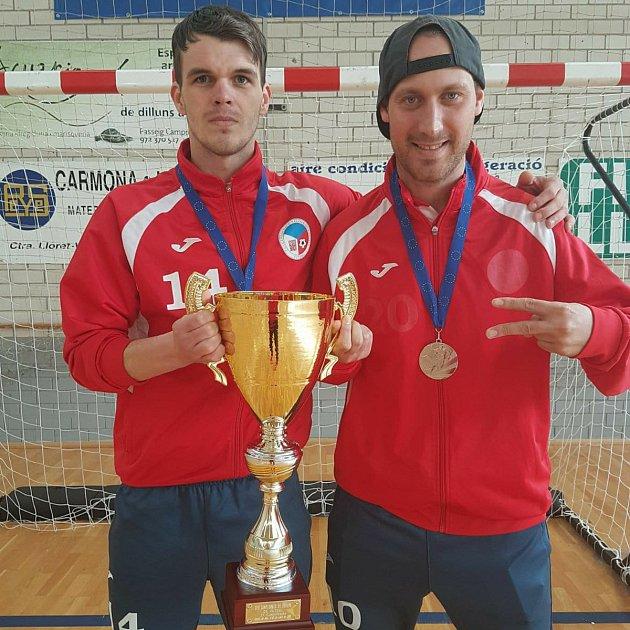 Štefan Beránek a Rudolf Weinhard (zleva) ukazují pohár a stříbrné medaile z Mistrovství Evropy.