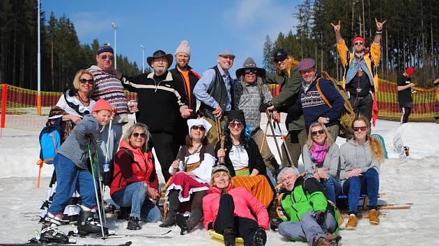 Poslední jízdu sezóny na Lipně spáchali o víkendu lyžníci v dobových kostýmech.