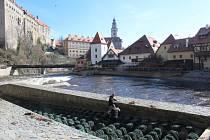 Radek Šťovíček s Michalem Pavlíkem využili toho, že je sklopený jez pod Plášťovým mostem, a ze šlajsny vybrali střepy a další nebezpečné odpadky.