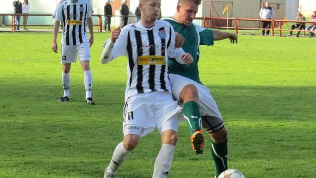 Čtyřdvorští fotbalisté (vpravo autor čtvrté trefy Jaroslav Příhoda v souboji s domácím Markem Hamim) měli navrch a korekci Spartaku povolili až za stavu 0:4.