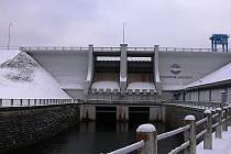 Hráz měří 296 metrů, má 25 metrů na výšku a sto metrů širokou spodní patku.  Lipno se svojí rozlohou 4870 hektarů se stalo největším umělým jezerem v České republice, elektrárna zase nejhlouběji usazeným zařízením tohoto druhu ve střední Evropě.