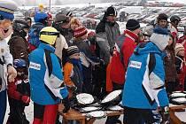 Stovky lyžařů přijely v sobotu dopoledne do skiareálu v Lipně nad Vltavou.