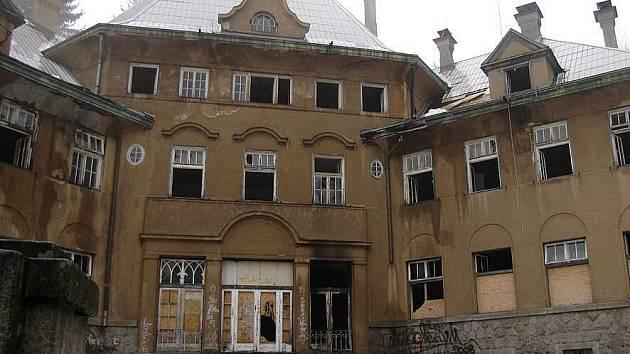 Takto vypadá Porákova vila dneska, po požáru, který vypukl uvnitř.
