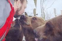 I po letech odloučení se českokrumlovský medvědář Jan Míša Černý s Vojtou, Kubou a Matějem bezpečně pozná. Proto si ve středu mohl dovolit uštědřit jim narozeninový poblibek.