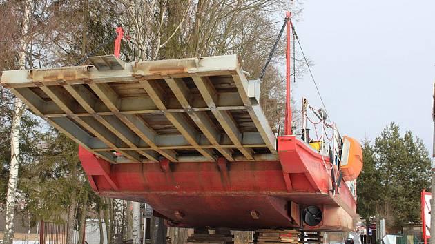 Převozní loď v Horní Plané je na zimu vytažena na břehu.