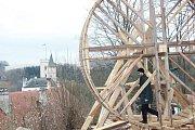 Funkční repliku středověkého otáčecího jeřábu si vyzkoušel i ředitel budějovické správy NPÚ Petr Pavelec. Autorem repliky je tesařský mistr Petr Růžička.