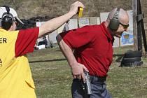 Účastníci závodu na střelnici v Domoradicích (na snímku domácí Vladimír Výborný) se objeví v celkovém pořadí střelců ze všech zemí, kteří se zapojili do mezinárodní soutěže.