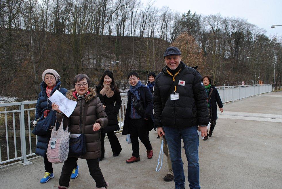 Krumlovští průvodci (na snímku Oto Šrámek s klienty) mají práce stále stejně, turisty z pevninské Číny totiž neprovázejí nikdy.