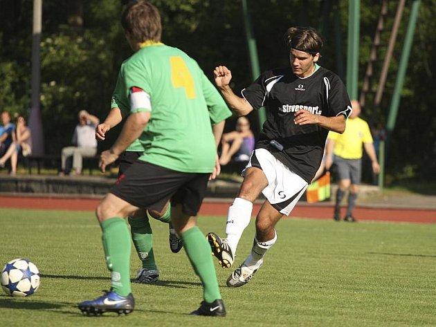 Hattrickem se v posledním utkání sezony blýskl českokrumlovský středopolař Lukáš Vacek (vpravo).