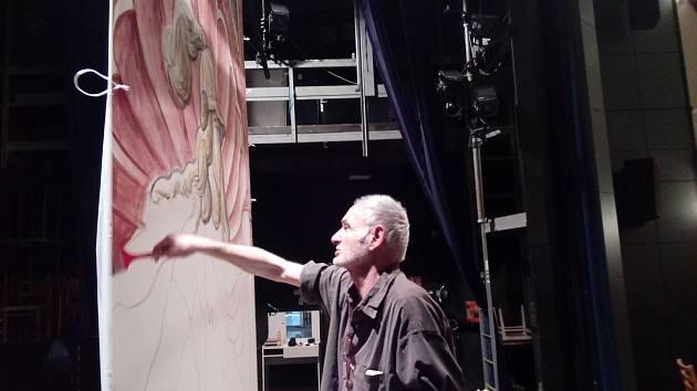 Karel Hrubeš při malování figury Země v českokrumlovském divadle.