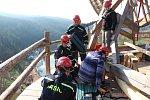 Krumlovští hasiči-lezci na Jakobínce v Rožmberku cvičili slaňování
