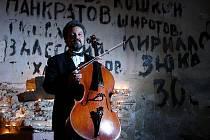 Okupaci Československa sovětskou armádou připomene Královský hudební festival 21. srpna koncertem v boletickém kostele. Na snímku organizátor akce, violoncellista Milan Kraus, při podobném koncertě na stejném místě v roce 2007.