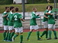 Čtyři minuty po pauze vstřelil Jakub Kabele (vpravo) krásnou branku a radost krumlovských fotbalistů byla veliká.