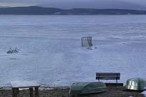 Na Lipně se už bruslit nedá. Led místy pokrývá až 10 cm vody.
