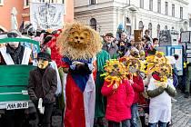 Masopustní průvod v Českém Krumlově nabídl množství originálních masek a spoustu legrace. Ve městě skončila vláda Masopustu.