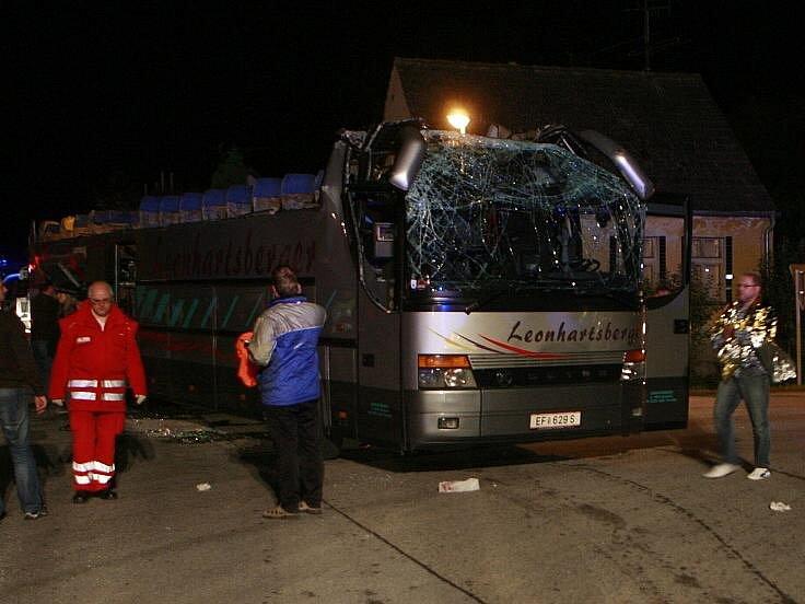 U Rybníka boural autobus se 44 cestujícími. Šofér nezaregistroval, že je pověstný viadukt nad silnici příliš nízký a při jeho podjetí vysokému autobusu srazil střechu.