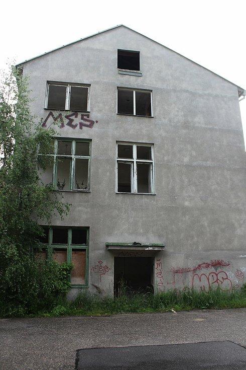 Budovy v areálu bývalé českokrumlovské Jitony nejsou žádnou pastvou pro oči, ale v tomto místě se brzy začne stavět nová obytná městská čtvrť.