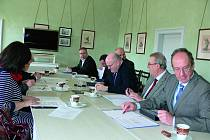 V Českém Krumlově v pátek 20. března jednala česká pracovní komise v čele s ministrem kultury Danielem Hermanem (uprostřed).