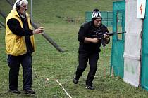 Vítěz divize Open Lumír Šafránek absolvuje pod bedlivým dohledem rozhodčího Antonína Lišky jedno ze čtyř stanovišť závodu.