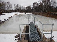 U Otic, bývalé německé osady na Olšinském potoce nedaleko Hodňova v boletickém vojenském újezdu, Vojenské lesy a statky obnovily rybník na potoce o rozloze 0,3 hektaru.