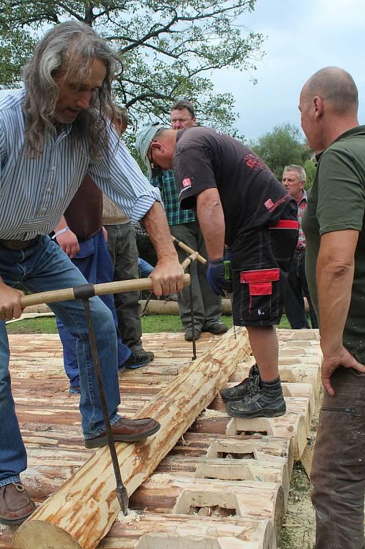 Do stavby voru ve Vyšším Brodě se mohl zapojit a přidat ruku k dílu kdokoliv.