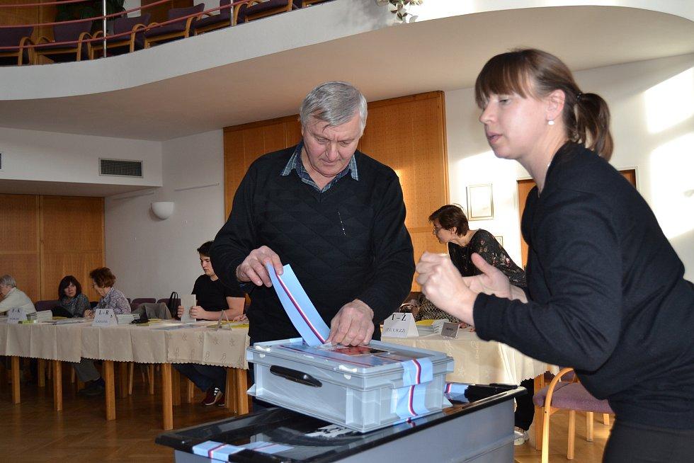 Krátce před 14. hodinou předseda Václav Bürger a členka křemežské volební komise Ladislava Čudanová úředně zapečetili velkou i malou přenosnou volební schránku.