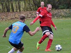 Rudolf Weinhard (u míče) v zápase s Novou Vsí v 88. minutě vyrovnal na konečných 2:2.