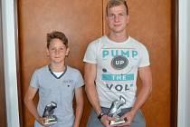 Nejlepší střelci minulé sezony (zleva) Daniel Mokoš (Spartak Kaplice, OP starší přípravky – 83 gólů) a Patrik Podskalský (Sokol Chvalšiny, OP muži – 20 gólů).