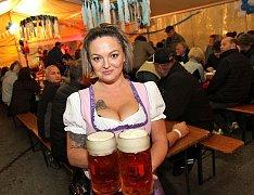 Lidé se v pátek na Októbrfestu v Kaplici skvěle bavili.