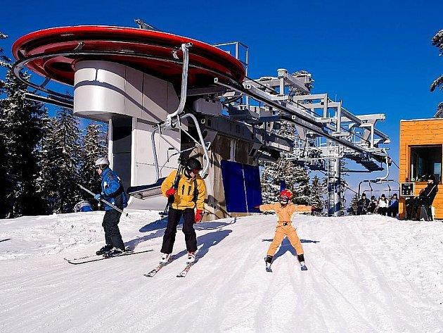 Slunečné počasí a téměř sedm kilometrů otevřených sjezdovek se 40 až 70 centimetry sněhu. Tak to v pondělí vypadalo v lipenském skiareálu.