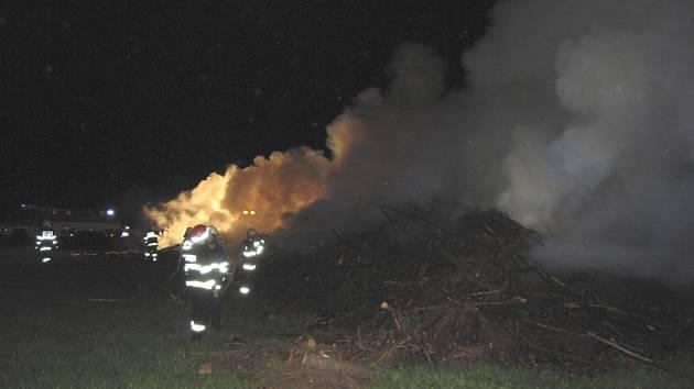 Požár štěpky v Bližší Lhotě.