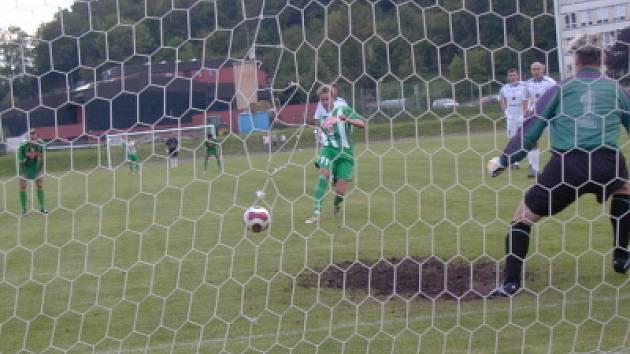 Hodně emocí vyvolala situace z 56. minuty, kdy jeden z vodňanských obránců zahrál ve vápně nešťastně rukou a z nařízené penalty střídající Michal Flöring (na snímku) s přehledem upravil na výsledných 1:1.