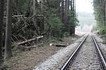 Stromy popadaly na trať i v okolí zastávky Rožmberk nad Vltavou.