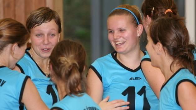 Krumlovské juniorky (zleva čelem Zuzana Marková a Kristýna Krilová) mají důvod k úsměvu, dvěma výhrami v Liberci posílily naděje na postup do jarní finálové skupiny.