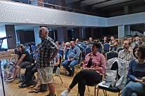 Veřejné projednání vlivu stavby dálnice na životní prostředí a zdraví lidí v kaplickém kulturním domě.