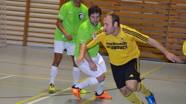 Na kanonýrská juniorská léta, kdy byl nejlepším hráčem ME kategorie do 21 let, nechal zavzpomínat Rudolf Weinhard (v popředí u míče z domácí partie s Vysokým Mýtem) a do sítě FC Družba nasázel bleskový hattrick v rozmezí osmi minut.