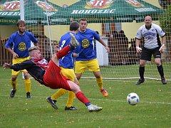 Podzimní derby bitvu mezi Zlatou Korunou a Chvalšinami (na snímku) vyhráli díky gólům Rychtáře a Fucimana domácí poměrem 2:0.
